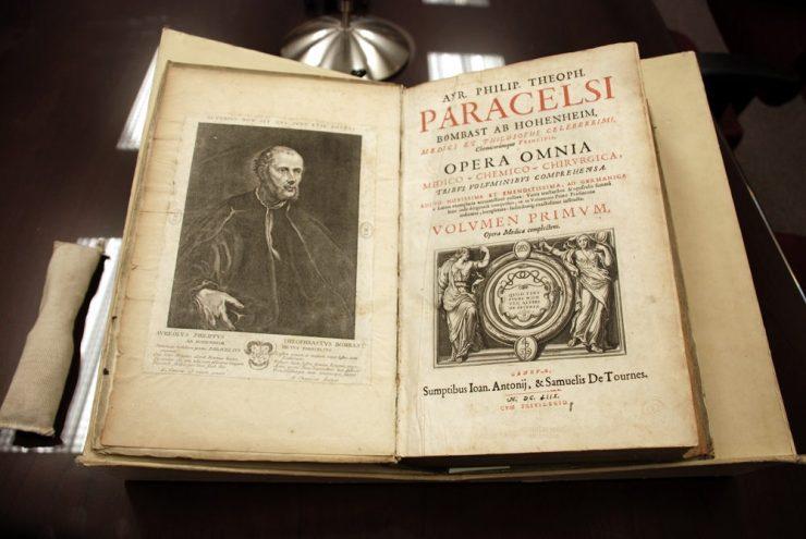 Gravure de Paracelse (livre ouvert)
